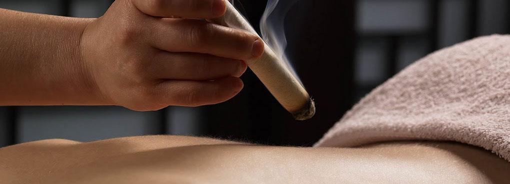 La Moxibustione si rivela utile per trattare fastidi e dolori causati da blocchi articolari anche cronicizzati, disarmonie da freddo, stimolare le naturali difese immunitarie ed aumentare l