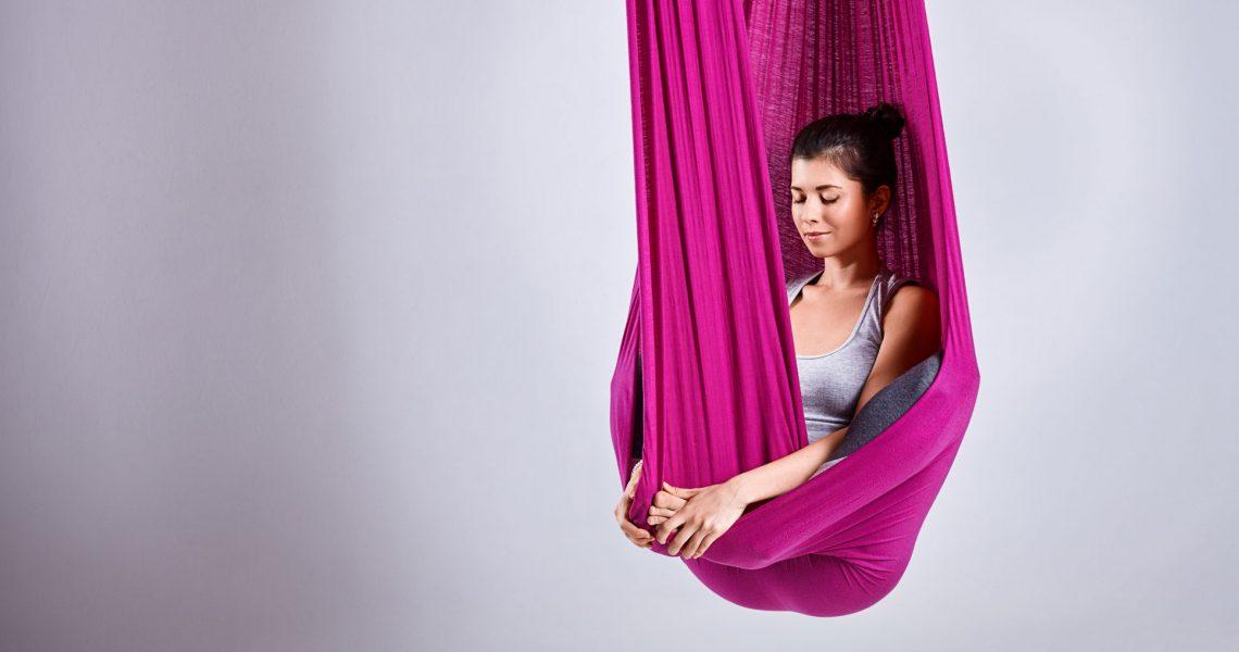 Dalla ricerca di un lettino che permettesse al corpo di abbattere le barriere fisiche e mentali e di potersi librare nello spazio in tutte le direzioni, arriva l'intuizione di utilizzare l'amaca per lo yoga aereo in questo speciale AntiGravity Massage.