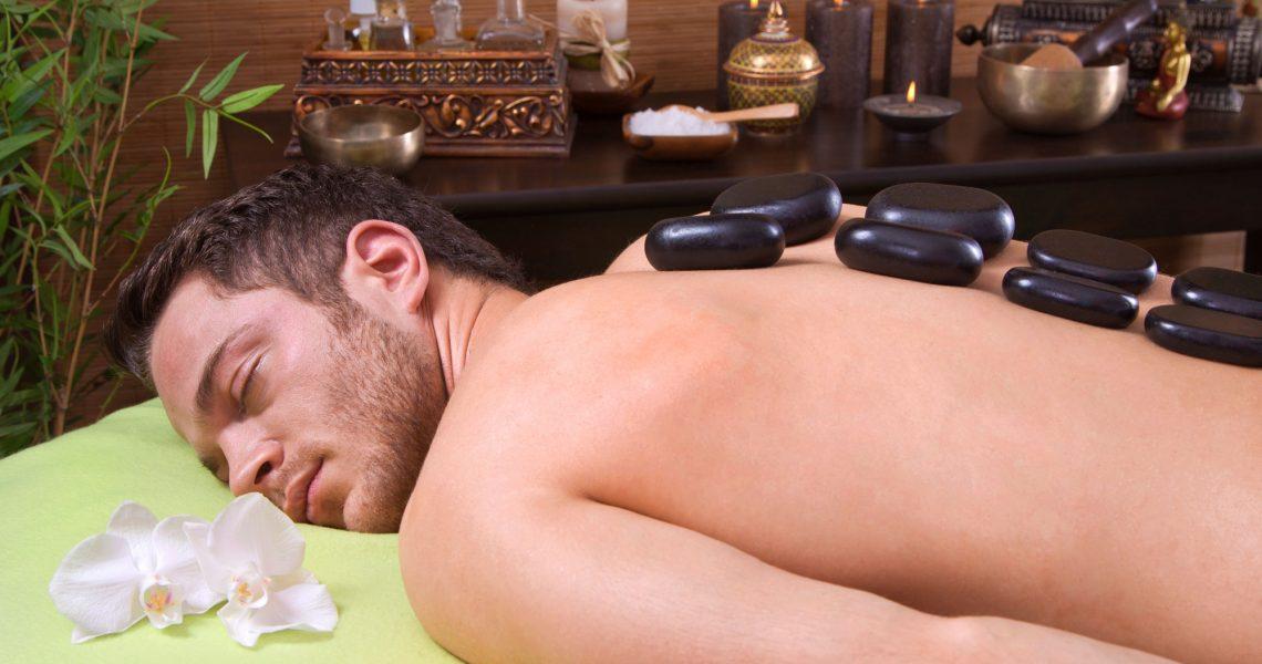 L'Hot Stone Massage abbina i benefici delle tecniche del massaggio manuale alle proprietà curative delle pietre basaltiche levigate di origine vulcanica che grazie alla loro porosità e alla superficie piatta, sono capaci di trattenere il calore a lungo e rilasciarlo gradualmente a contatto con la pelle.